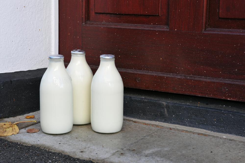 melkboer bezorgt melk in glas